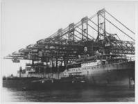 1976-14463 Brugkranen bij stuwadoorsbedrijf Cornelis Swarttouw, Waalhaven, Pier 6. Op de voorgrond een zeeschip met een ...