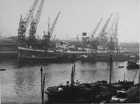 1976-14469 Vrachtschip aan de kade van de Merwehaven, bij Corn. Swarttouw's havenbedrijf voor laad -en loswerkzaamheden.