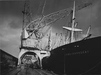 1976-14476 Vrachtschip Loide-Paraguai aan de kade van de Merwehaven, voor laad -en loswerkzaamheden.
