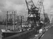 1976-14483 Vrachtschepen aan de kade van de Merwehaven, bij rederij Müller & Co voor laad -en loswerkzaamheden met ...