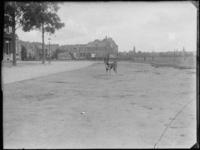 1976-4009 Rochussenstraat ter hoogte van de 's Gravendijkwal. Achter het hondje de bebouwing tussen Saftlevenstraat en ...