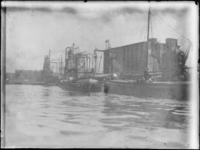 1976-4012 Overslag in de Maashaven met graanelevatoren en links de Maassilo.