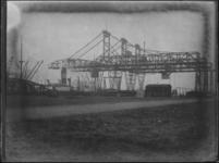 1976-4013 Laadbruggen met brugkranen van de stuwadoorsmaatschappij Kruwal, noordzijde van de Waalhaven.