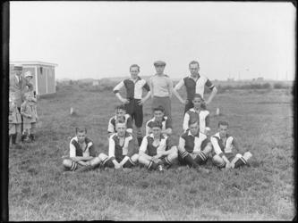 1976-4041 Eén van de lagere elftallen van voetbalvereniging Feijenoord op het terrein van voetbalclub Zwart Wit.