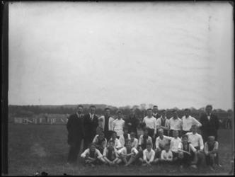 1976-4045 Groepsfoto van een team van voetbalvereniging Zwart Wit op Rotterdam Zuid.