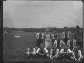 1976-4046 Het elftal van voetbalclub ZW Zwart-Wit uit Rotterdam Zuid.