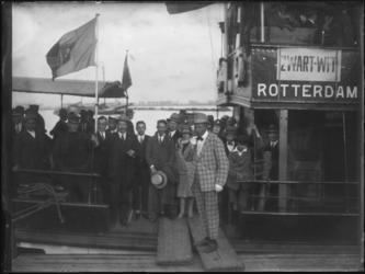 1976-4048 Mensen van voetbalvereniging Zwart-Wit uit Rotterdam Zuid op een boot voor een feestelijk uitje.