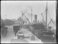 1976-4081 Het laden of lossen van het schip de Oranjepolder aan de kade van de Spoorweghaven.