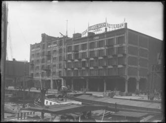 1976-4089 De Rijnhaven met aan de oostzijde de veemgebouwen Japan en China van nv Handelsveem Rotterdam.
