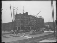1976-4090 De Rijnhaven met binnenvaartschepen, op de achtergrond aan de oostzijde de veemgebouwen Japan en China van nv ...