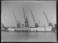 1976-4125 Het schip de Robert Maersk ligt in de Merwehaven langs de kade.
