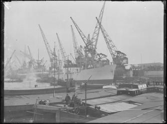 1976-4126 Zeeschepen Olga S en City of Capetown en binnenvaartschepen liggen in de Merwehaven.