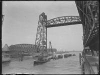 1976-4131 Een sleepboot met sleep passeert de bruggen over de Koningshaven, oftewel De Hef.