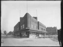 1976-4164 Café Pretoria en winkelpanden op de hoek van de Wigstraat en de Brede Hilledijk in de Afrikaanderwijk op ...