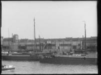1976-4170 Op de voorgrond de zuidzijde van de Maashaven, met zijaanzicht van de stoommeelfabriek De Maas tussen de ...