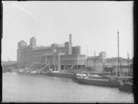 1976-4171 Op de voorgrond de zuidzijde van de Maashaven, met zijaanzicht van de stoommeelfabriek De Maas tussen de ...