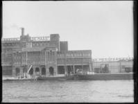 1976-4172 Op de voorgrond de zuidzijde van de Maashaven, met aanzicht van de stoommeelfabriek De Maas tussen de ...