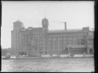 1976-4173 Op de voorgrond de zuidzijde van de Maashaven, met aanzicht van de stoommeelfabriek De Maas tussen de ...