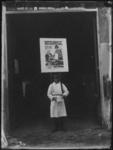 1976-4184 Man met reclamebord voor de Efficiency tentoonstelling over moderne hulpmiddelen voor fabrieks- en ...