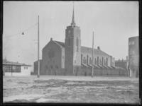1976-4202 Het kerkgebouw van de Sint-Theresiakerk aan de Strevelsweg.