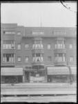1976-4215 Op de voorgrond etagewoningen en een te koop staand winkelpand, rechts het lampenkappenhuis op nr. 30 aan de ...