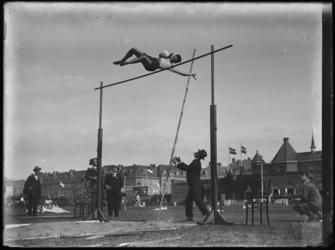 1976-4218 Sport op het Spartaterrein. Hoogspringen op het Spartaterrein, op de achtergrond rechts Het Kasteel, het ...