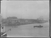 1976-4246 De Rijnhaven met loswal voor de loodsen van Blauwhoedenveem-Vriesseveem.