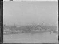 1976-4247 De Rijnhaven met loswal voor de vemen van Blauwhoedenveem-Vriesseveem.