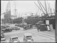 1976-4249 De Rijnhaven aan de noordzijde met aankomst van personenauto's per schip, omgeving Wilhelminakade.