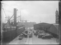 1976-4253 De Rijnhaven aan de noordzijde met op de kade personenauto's aangekomen per schip, gezien uit het ...