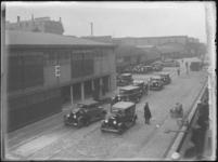 1976-4254 De aankomst van personenauto's per schip bij het Koninginnenhoofd aan de noordzijde van de Rijnhaven.