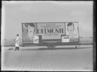 1976-4256 Een wagen met reclame voor gezichtscrème van Delmonte.