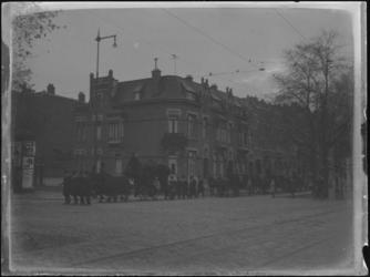 1976-4269 Een begrafenisstoet met paarden en koetsen.