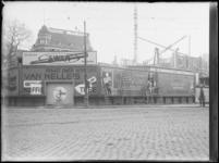 1976-4277 Het Van Hogendorpsplein hoek Schiedamsesingel. Bouw van de Bijenkorf met bouwschuttingen met reclameborden.