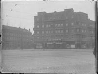 1976-4282 Op de voorgrond etagewoningen en winkels aan de Beijerlandselaan op de hoek van de Slaghekstraat.