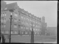1976-4290 Woningen, de Economische Hogeschool en de koepel van de Gemeentelijke Zeevaartschool aan de Pieter de Hoochstraat.