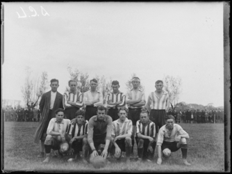 1976-4303 Een elftal van voetbalvereniging DCL, De Charloisse Leeuw.