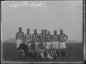 1976-4304 Een elftal van voetbalelftal Steeds Hooger.