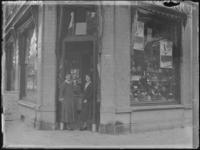 1976-4364 Twee dames staan bij de ingang van de snoepwinkel C. Jamin aan de Nieuwe Binnenweg 263b, hoek van de Claes de ...