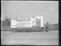1976-4398 Reclamewagen voor het wasmiddel Radion in de Rochussenstraat.