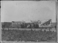 1976-4403 Reclamewagens. Reclamewagens met reclame voor de circuskoning Gleich aan de Parkhaven.