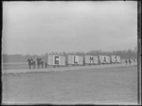 1976-4407 Paarden met wagens met daarop reclame voor Elmas sigaretten.