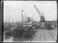 1976-4409 Laden en lossen in de Parkhaven.