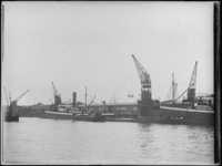 1976-4410 Laden en lossen in de Parkhaven.
