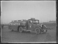 1976-4420 Een tankwagen van Texaco. De wagen van de N.V. Texas Company staat opgesteld aan de Marconistraat nabij de ...