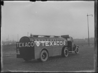 1976-4422 Een tankwagen van Texaco. De wagen van de N.V. Texas Company staat opgesteld aan de Marconistraat nabij de ...