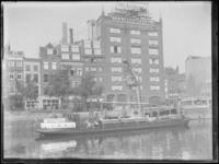 1976-4430 Lossen van lading op de kade van de Leuvehaven voor het gebouw van Van Nelle.