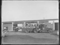 1976-4438 Opladen van olievaten. Vrachtwagen van Texaco.