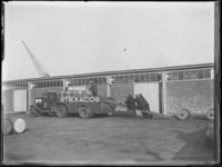 1976-4439 Opladen van olievaten. Vrachtwagen van texaco.