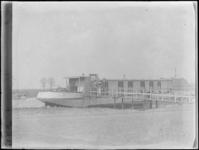 1976-4440 Een woonboot bij het Schie-Schiekanaal.
